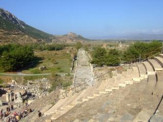 Ephesos: Blick vom Theater auf die Hafenstraße Foto: Hans Weingartz/Wikipedia