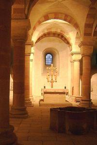 Krypta des Speyerer Doms mit Taufbecken * Foto: Lokilech via Wikimedia Commons