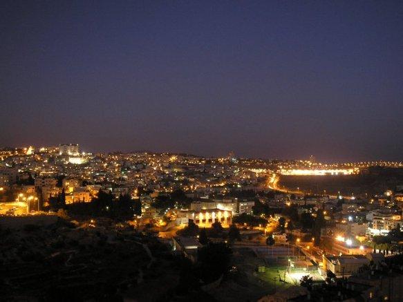 Blick auf das nächtliche Nazareth (nahe Kana) * Foto:  Masterjohn1881 via Wikimedia Commons