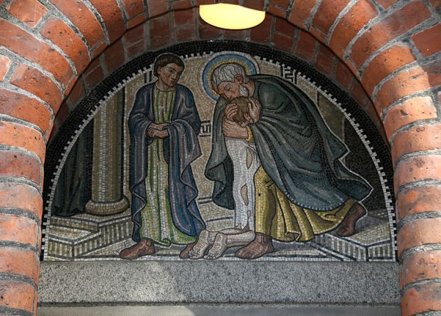 Mosaikbild des Vaters mit dem verlorenen Sohn ' Immanuelkirche Kopenhagen, oberhalb des südwestlichen Eingangs * Foto: Ib Rasmussen, via Wikimedia Commons