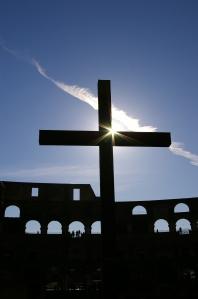 Kreuz im Kolosseum / Foto: Marc Poyer / pixelio.de
