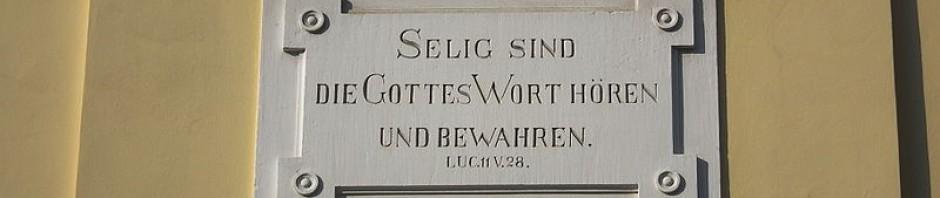 Inschrift an der Stirnseite der evangelischen Kirche in Nußloch (Baden-Württemberg, Deutschland) - Ausschnitt -  * Foto: By 4028mdk09 (Own work) [CC BY-SA 3.0 (http://creativecommons.org/licenses/by-sa/3.0)], via Wikimedia Commons