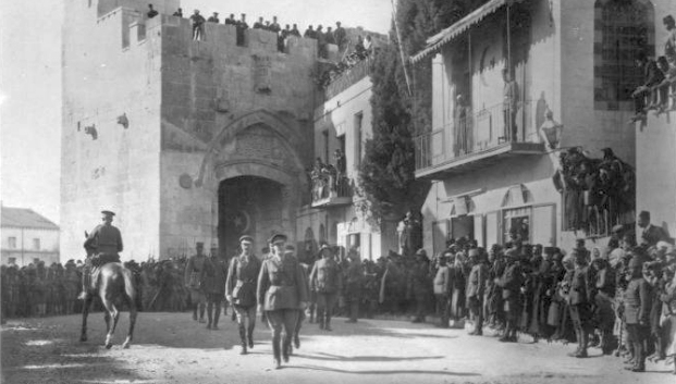 General Allenby marschiert in Jerusalem ein (1917) * Foto: public domain, via Wikimedia Commons (http://en.wikipedia.org/wiki/File:Detail_of_Allenby_Entering_Jerusalem.jpg)