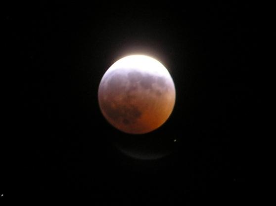 Kurz bevor die totale Mondfinstenis am 3. 3. 07 einsetzt.